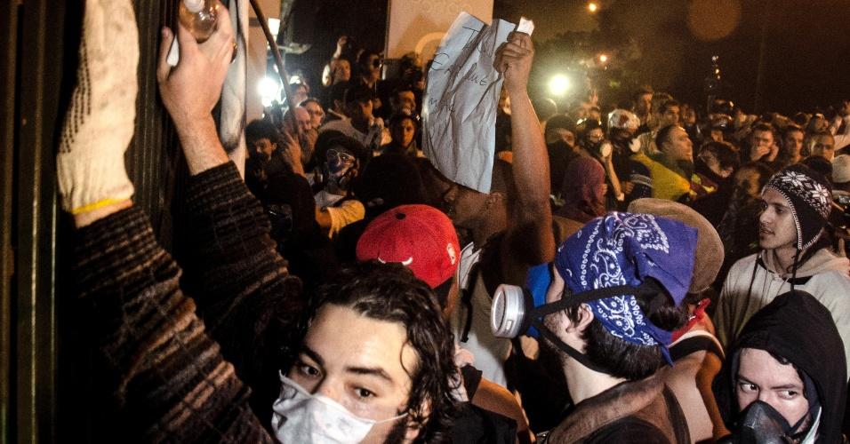 17.jun.2013 - Grupo de manifestantes se reúne diante do Palácio dos Bandeirantes, sede do governo paulista, no bairro do Morumbi, e tenta, ora à força, ora negociando com os policias que fazem a guarda, entrar no edifício