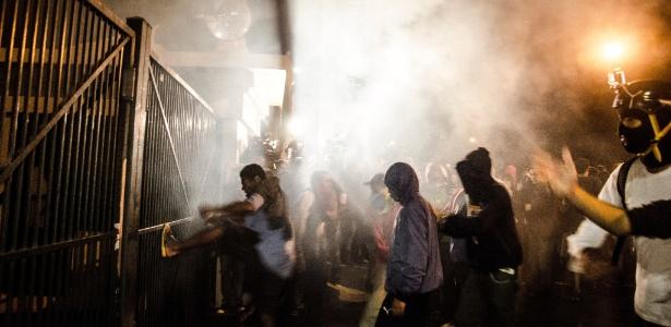 Grupo de manifestantes se reúne diante do Palácio dos Bandeirantes, sede do governo paulista, no bairro do Morumbi, e tenta, ora à força, ora negociando com os policias que fazem a guarda, entrar no edifício - Gustavo Basso/UOL