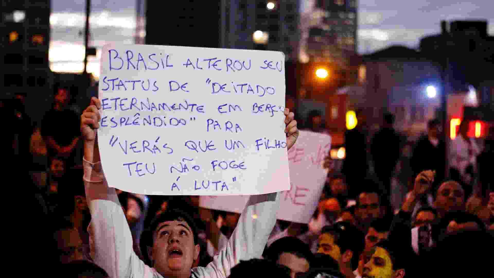 17.jun.2013 - Manifestante durante concentração para o 5º protesto contra o aumento da tarifa do transporte coletivo no largo da Batata, em Pinheiros (zona oeste de São Paulo) - Léo Pinheiro/Futura Press
