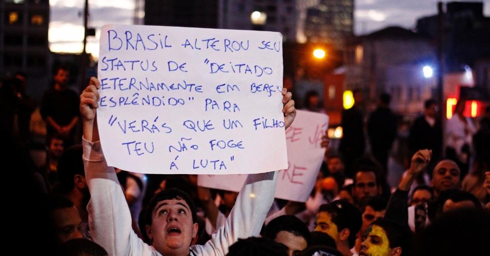 17.jun.2013 - Manifestante durante concentração para o 5º protesto contra o aumento da tarifa do transporte coletivo no largo da Batata, em Pinheiros (zona oeste de São Paulo)