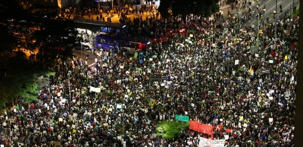 Manifestantes chegam ao cruzamento das avenidas Faria Lima e Rebouças, em Pinheiros, zona oeste - Renato Bittar/UOL
