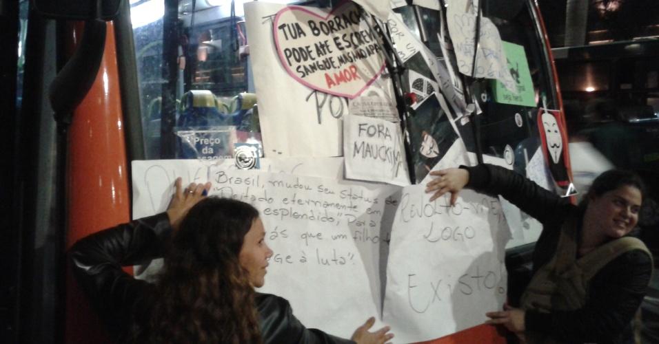 17.jun.2013 - Manifestantes colam cartazes em ônibus parado na avenida Faria Lima, em Pinheiros (zona oeste de São Paulo), por conta do 5º protesto contra a tarifa do transporte coletivo, que reúne cerca de 65 mil pessoas na capital nesta segunda-feira (17)