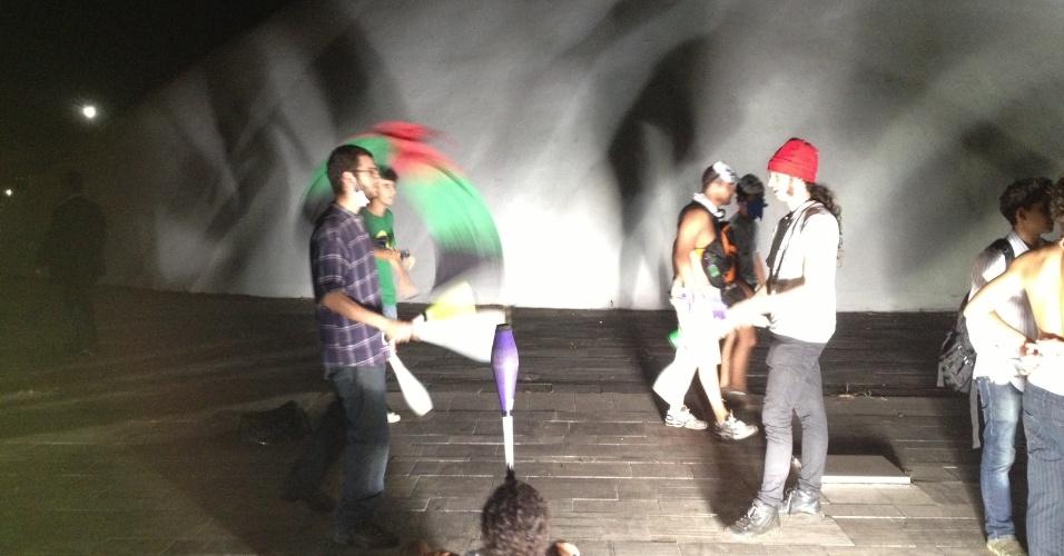 """17.jun.2013 - Manifestantes fazem malabares na cúpula do Congresso Nacional durante protesto na noite desta segunda-feira. Após serem contidos por um cordão de isolamento da PM, dezenas de manifestantes conseguiram furar o bloqueio e invadiram a área externa do Congresso Nacional, em Brasília, aos gritos de """"a-ha, u-hu, o Congresso é nosso"""""""