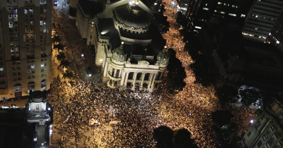 17.jun.2013 - Manifestantes protestam no centro do Rio de Janeiro contra o reajuste da tarifa de ônibus e os gastos com a Copa do Mundo. Segundo estimativa da Coppe/UFRJ, mais de 100 mil pessoas participam do ato --a PM fala em 40 mil. Os manifestantes que seguiram da Cinelândia para a Alerj (Assembleia Legislativa do Rio de Janeiro) envolveram-se em uma confusão iniciada após a explosão de uma bomba