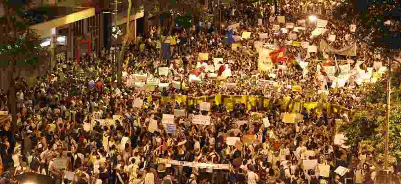 17.jun.2013 - Manifestantes protestam no centro do Rio de Janeiro contra o reajuste da tarifa de ônibus na cidade e os gastos com a Copa - Marcelo Carnaval / Agência O Globo