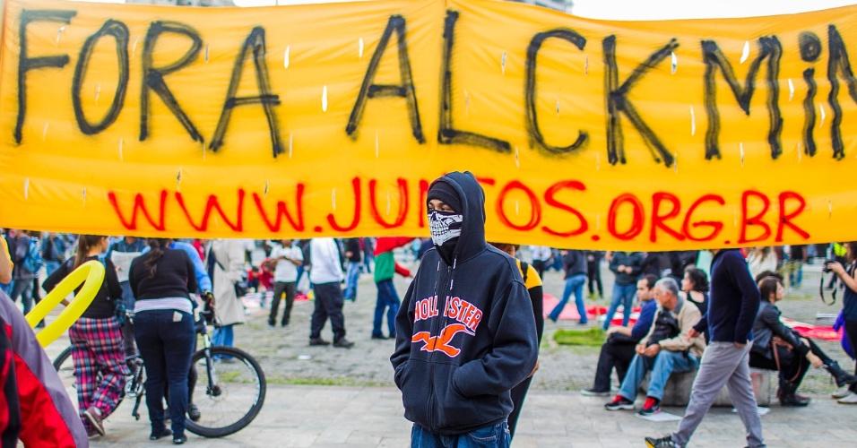 17.jun.2013 - Manifestantes se reúnem no largo da Batata, em Pinheiros (zona oeste de São Paulo), para o 5º protesto contra o aumento das tarifas do transporte coletivo na capital