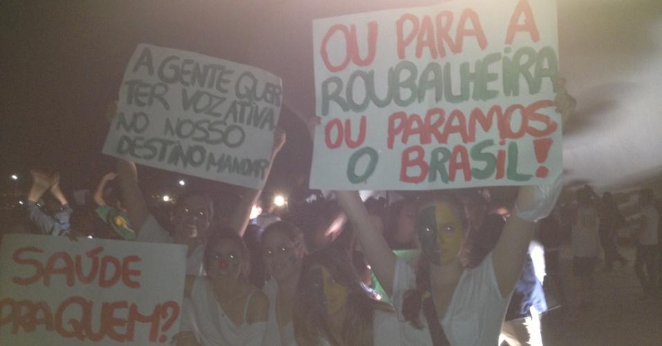"""17.jun.2013 - Manifestantes carregam cartazes depois de escalarem rampas do Congresso Nacional durante protesto na noite desta segunda-feira Após serem contidos por um cordão de isolamento da PM, dezenas de manifestantes conseguiram furar o bloqueio e invadiram a área externa do Congresso Nacional, em Brasília, aos gritos de """"a-ha, u-hu, o Congresso é nosso"""""""