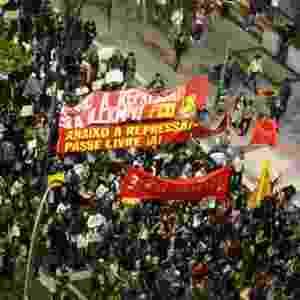 17.jun.2013 - Milhares de manifestantes seguem pela avenida Faria Lima, em Pinheiros (zona oeste de São Paulo), no 5º dia de protesto contra o aumento da tarifa do transporte coletivo na capital - Renato Bittar/UOL