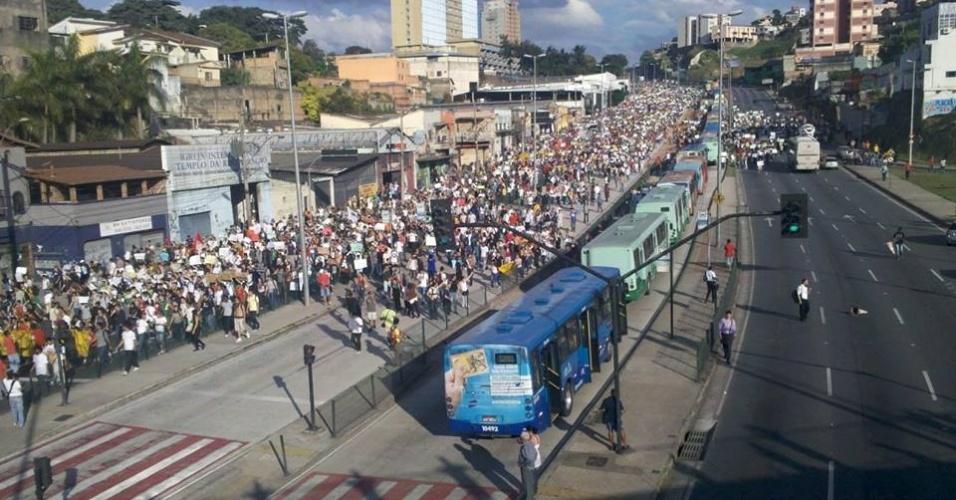 17.jun.2013 - Milhares de pessoas protestaram pelas ruas de Belo Horizonte nesta segunda-feira. Houve confronto entre a polícia e manifestantes. Foto registra manifestantes caminhando pela avenida Antônio Carlos, em direção ao Mineirão. A Polícia Militar mineira informou que cinco manifestantes foram presas durante passeata e duas pessoas ficaram feridas