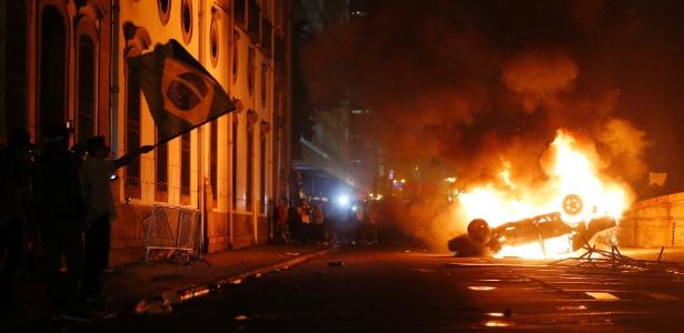Carro é incendiado por participantes do quinto ato contra o aumento da tarifa de ônibus