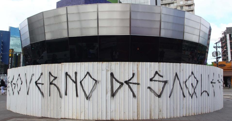 17.jun.2013 - Os tapumes de ferro colocados em volta da entrada da estação Faria Lima do metrô, em Pinheiros, zona oeste de São Paulo, amanheceram pichados nesta segunda-feira (17). No local está marcado para esta tarde mais um protesto contra o aumento das tarifas no transporte público