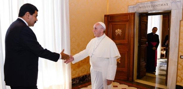 Papa Francisco cumprimenta o presidente da Venezuela, Nicolás Maduro, em encontro no Vaticano que ocorreu em junho de 2013