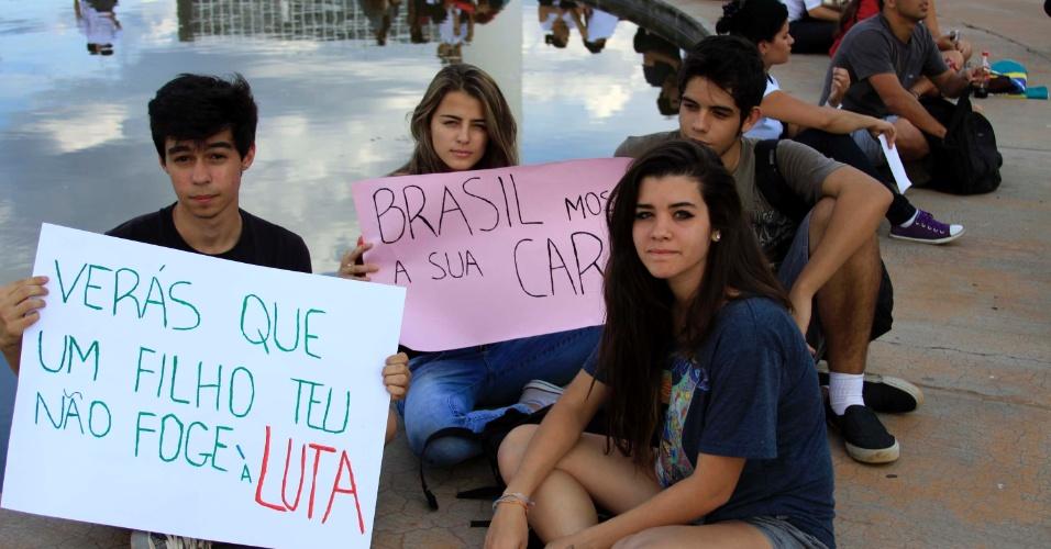 17.jun.2013 - Protesto contra o aumento das passagens de ônibus, trens e metrô reúne pelo menos 5.000 manifestantes em frente ao Congresso em Brasília (DF), nesta segunda-feira. Segundo o jornal Correio Braziliense, a polícia observa o protesto de forma tranquila