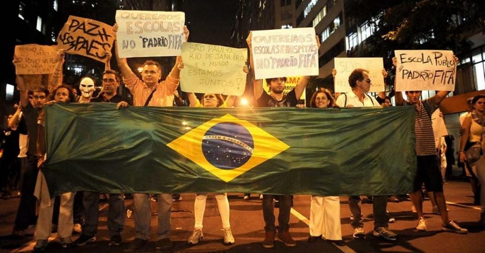 17.jun.2013 - Protesto no Rio reúne cerca de 100 mil pessoas nesta segunda-feira (17), segundo estimativa da Coppe/UFRJ --a PM fala em 40 mil. Os manifestantes que seguiram da Cinelândia para a Alerj (Assembleia Legislativa do Rio de Janeiro) envolveram-se em uma confusão iniciada após a explosão de uma bomba