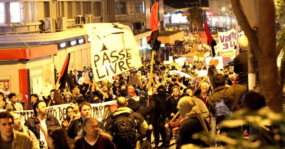 """17.jun.2013 - Protesto reúne mais de 15 mil pessoas no centro de Porto Alegre (RS), na noite desta segunda-feira. Na avenida Ipiranga, na altura da emissora RBS, ligada à Rede Globo, policiais lançam bombas de gás lacrimogêneo. Os chamados """"anarquistas"""", acabaram de quebrar e saquear uma revenda de motocicletas"""