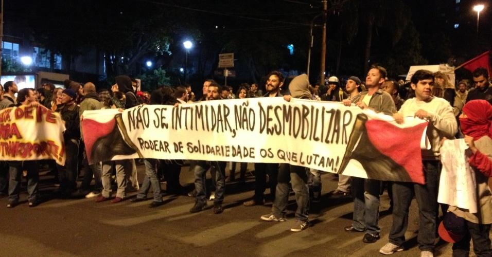 17.jun.2013 - Protesto reúne mais de 15 mil pessoas no centro de Porto Alegre (RS), na noite desta segunda-feira. O ato segue pacífico, mas alguns manifestantes quebraram vidros de um banco e de uma concessionária