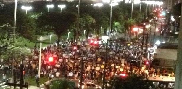 Vista de um prédio da orla de Santos (SP) mostra a movimentação de manifestantes durante protesto