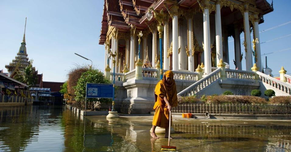 17.jun.2013 -2011: Monge budista limpa entrada de templo em Don Muang, distrito de Bangcoc, na Tailândia. Mais de 5,4 milhões de pessoas foram afetadas pela enchente, uma das piores nos últimos 50 anos do país