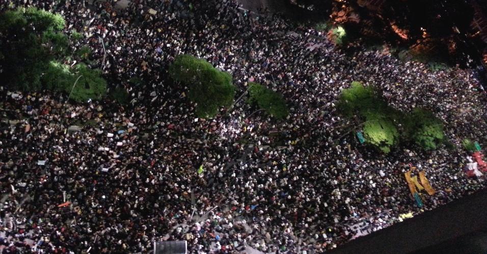 17.jun.2103 - Milhares de manifestantes tomam a avenida Faria Lima, em Pinheiros, na zona oeste de São Paulo, durante o 5º protesto contra o aumento das tarifas do transporte coletivo na capital