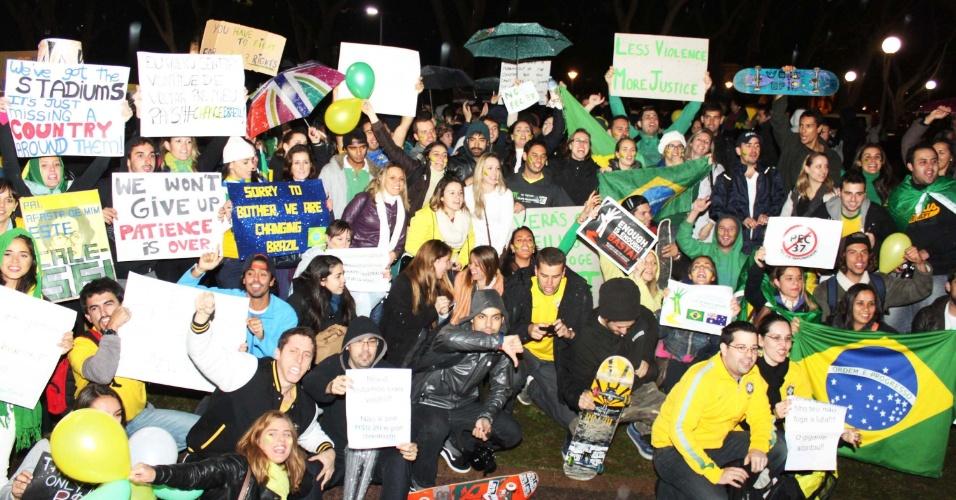 17.jun.2013 - Brasileiros fazem protesto no Hyde Park em Sydney, na Austrália, contra o aumento da tarifa do transporte público no Brasil, nesta segunda-feira (17). Aos gritos de