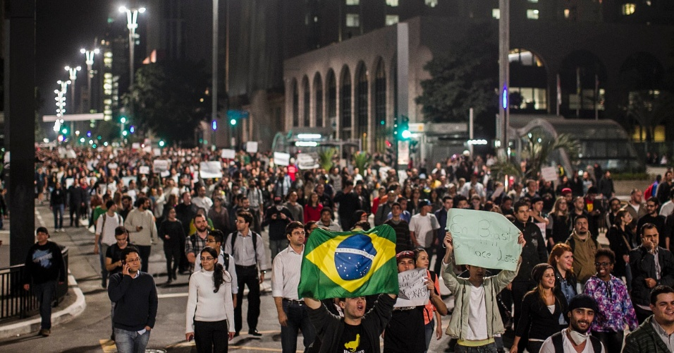 17.jun.2013 - Em São Paulo, manifestantes contra o aumento da tarifa do transporte coletivo ocupam a avenida Paulista, na região central da cidade