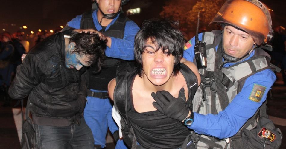 17.jun.2013 - Polícia detém manifestante durante manifestação contra possível aumento da tarifa de ônibus em Porto Alegre