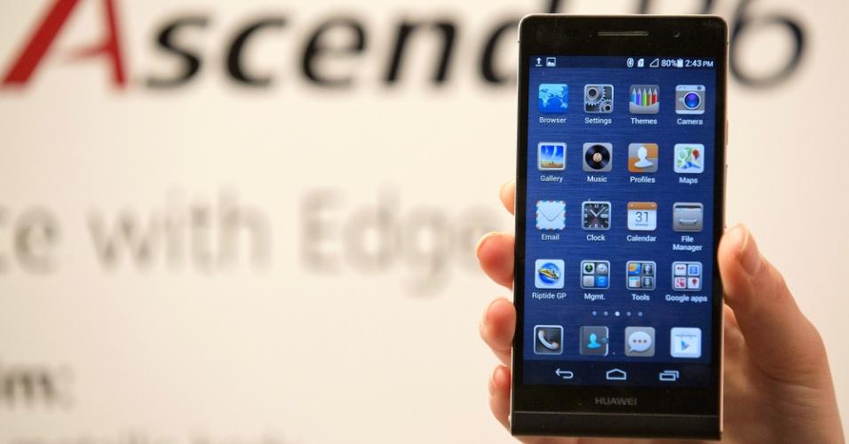 18.jun.2013 - A Huawei apresentou o smartphone Ascend P6 em evento realizado em Londres, no Reino Unido. O aparelho, segundo a companhia ,é o mais fino do mundo com 6,18 milímetros de espessura. O telefone inteligente tem uma tela de 4,7 polegadas, sistema Android 4.2, processador quad-core de 1,5 GHz e 8 GB para armazenamento