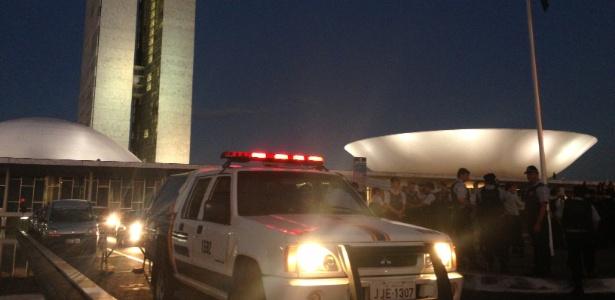 Policiais militares fazem cordão de isolamento ao redor do Congresso Nacional, em Brasília