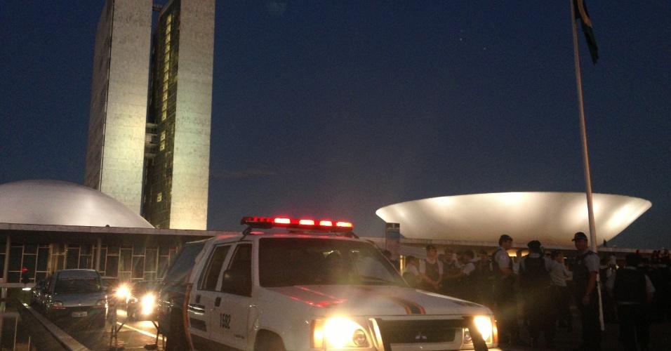 18.jun.2013 - Alguns policiais militares fazem cordão de isolamento ao redor do Congresso Nacional, em Brasília. Segundo a PM, o cordão é apenas ?preventivo?, já que o prédio foi alvo de manifestantes na segunda-feira