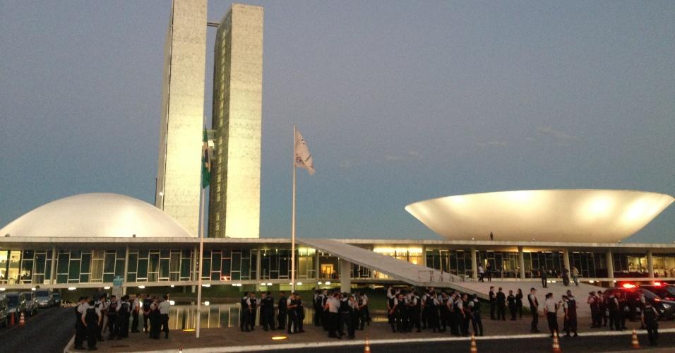 """18.jun.2013 - Alguns policiais militares fazem cordão de isolamento ao redor do Congresso Nacional, em Brasília. Segundo a PM, o cordão é apenas """"preventivo"""", já que o prédio foi alvo de manifestantes na segunda-feira"""