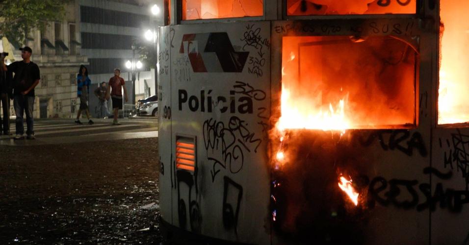 18.jun.2013 - Cabine da Polícia Militar é depredada e incendiada em frente a Prefeitura de São Paulo durante protesto contra o aumento das passagens em São Paulo (SP), na noite desta terça-feira, organizado pelo Movimento Passe Livre. Este é o sexto ato contra o aumento do preço do transporte na cidade