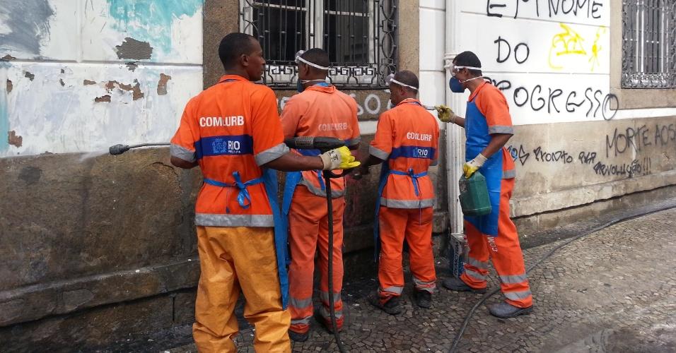 18.jun.2013 - Garis limpam parede pichada da igreja de São José, localizada ao lado do Alerj, no Rio de Janeiro, nesta terça-feira (18). O prédio foi pichado durante manifestações contra o aumento da tarifa de ônibus nesta segunda