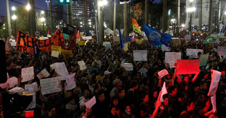 18.jun.2013 - Manifestantes começam deixar a Praça da Sé, no centro de São Paulo (SP), na tarde desta terça-feira (18), no sexto dia de protestos, rumo a outros pontos da capital. A manifestação que começou contra o aumento das passagens de ônibus, trem e metrô na cidade, organizado pelo Movimento Passe Livre, abraçou outras causas. O protesto realizado na noite desta segunda-feira (17) reuniu mais de 60 mil pessoas na capital paulista e foi pacífico por quase todo o trajeto. No fim da noite, um grupo tentou invadir o Palácio do Governo, na zona sul, e foi reprimido pela polícia