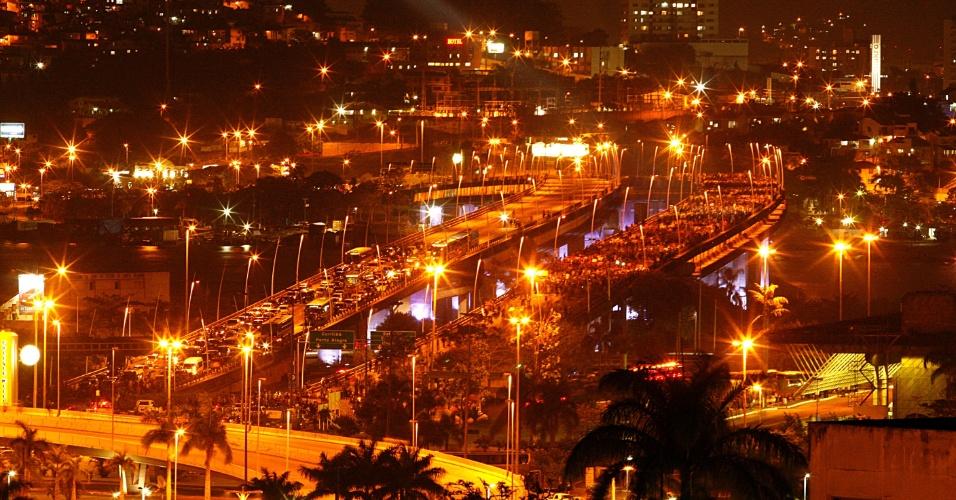 18.jun.2013 - Protesto fecha a ponte que liga a ilha de Santa Catarina, parte do município de Florianópolis, ao continente, na noite desta terça-feira (18). Centenas de manifestantes protestam em solidariedade ao movimento nacional contra o aumento das passagens de ônibus. Eles também protestam contra o dinheiro público investido na Copa