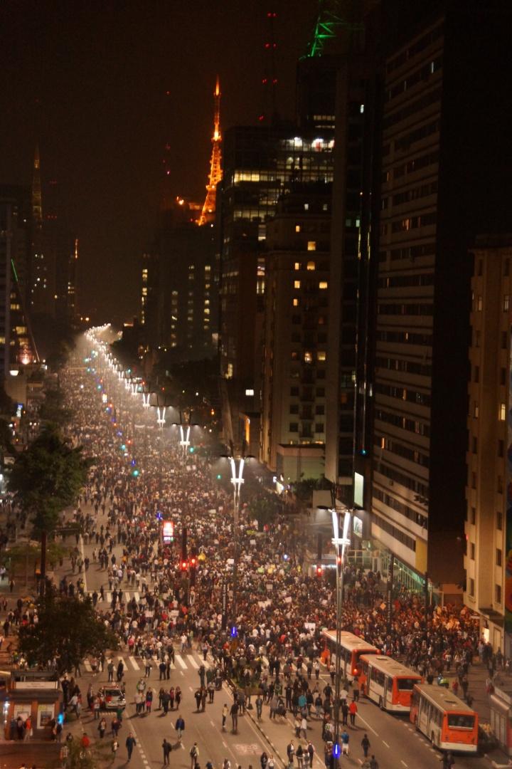18.jun.2013 - Manifestantes ocupam a avenida Paulista, em São Paulo, durante o protesto desta terça-feira