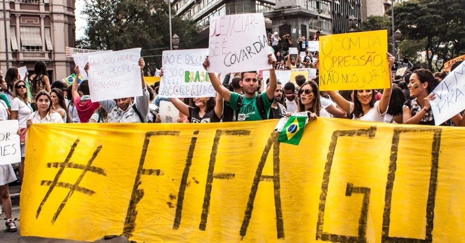 18.jun.2013 - Manifestantes percorrem as ruas de Belo Horizonte, neste terça-feira, em mais um dia de protestos