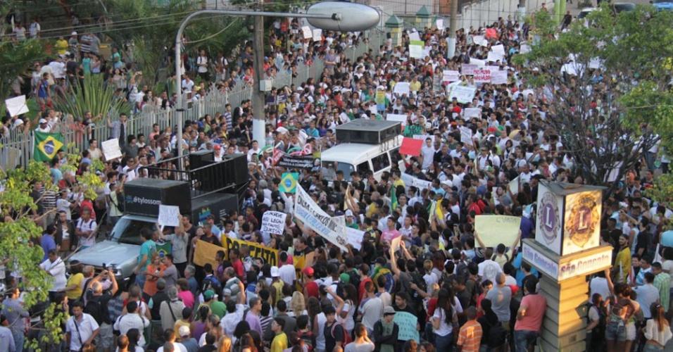 18.jun.2013 - Manifestantes protestam contra o aumento das passagens de ônibus, o custo de vida, a corrupção e a condição dos serviços públicos nesta terça-feira (18), em São Gonçalo, na região metropolitana do Rio de Janeiro
