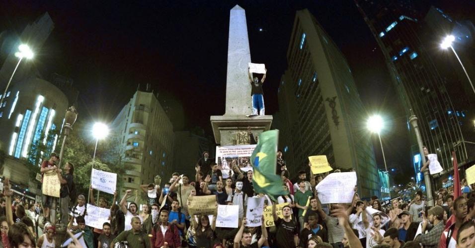 """18.jun.2013 - Manifestantes se reúnem na praça 7 de Setembro, em Belo Horizonte (MG), na noite desta terça-feira (18). A presidente Dilma Rousseff atendeu ao pedido do governador Antonio Anastasia (PSDB), e 150 homens da Força Nacional de Segurança chegaram à capital mineira """"para garantir segurança àqueles que protestam, por razões diversas, de forma democrática"""", afirmou o governador"""