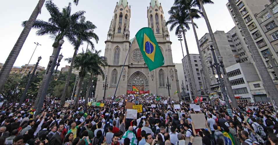 18.jun.2013 - Manifestantes se reúnem na Praça da Sé, no centro de São Paulo (SP), na tarde desta terça-feira (18), no sexto dia de protestos. A manifestação que começou contra o aumento das passagens de ônibus, trem e metrô na cidade, organizado pelo Movimento Passe Livre, abraçou outras causas. O protesto realizado na noite desta segunda-feira (17) reuniu mais de 60 mil pessoas na capital paulista e foi pacífico por quase todo o trajeto. No fim da noite, um grupo tentou invadir o Palácio do Governo, na zona sul, e foi reprimido pela polícia