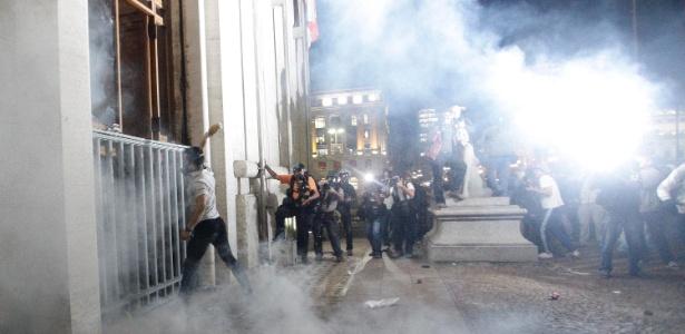 Manifestantes tentam invadir a sede da Prefeitura de São Paulo, no centro da cidade, na tarde desta terça - Gabriela Biló/Futura Press