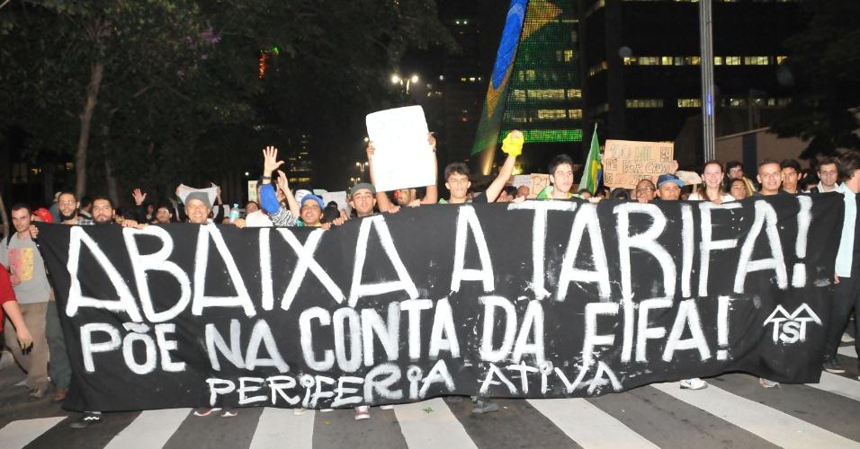18.jun.2013 - Milhares de manifestantes cruzam a avenida Paulista durante novo protesto contra o aumento das passagens, entre outras reivindicações, em São Paulo (SP), nesta terça-feira. Este é o sexto ato contra o aumento do preço do transporte na cidade