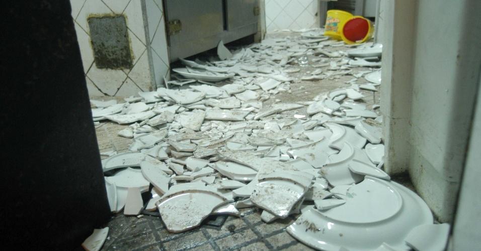 18.jun.2013 - O restaurante Ao Vivo foi depredado por um grupo de manifestantes durante o protesto pelas ruas do Rio de Janeiro na noite desta segunda-feira (17)