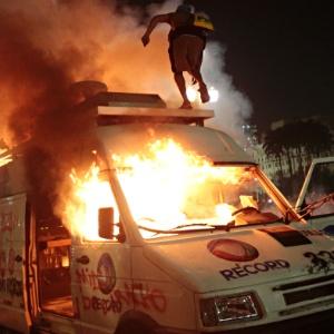 Veículo da TV Record estacionado em frente à Prefeitura de São Paulo é incendiado no sexto dia dos protestos que começaram contra o aumento da tarifa do transporte coletivo