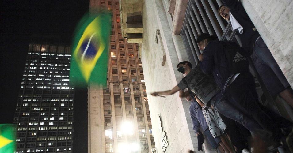 Manifestantes sobem em portão na entrada da sede da Prefeitura de São Paulo