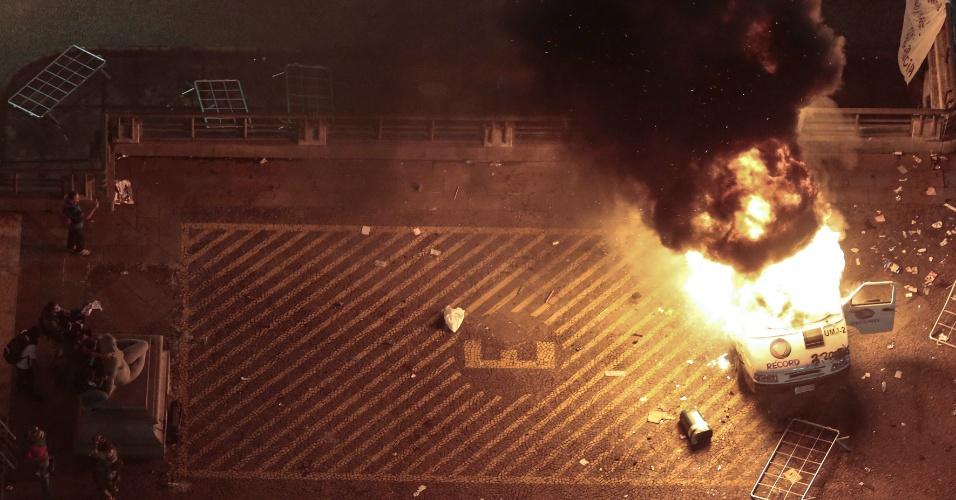 Veículo da TV Record é incendiado por manifestantes durante protesto nas imediações da sede da Prefeitura de São Paulo