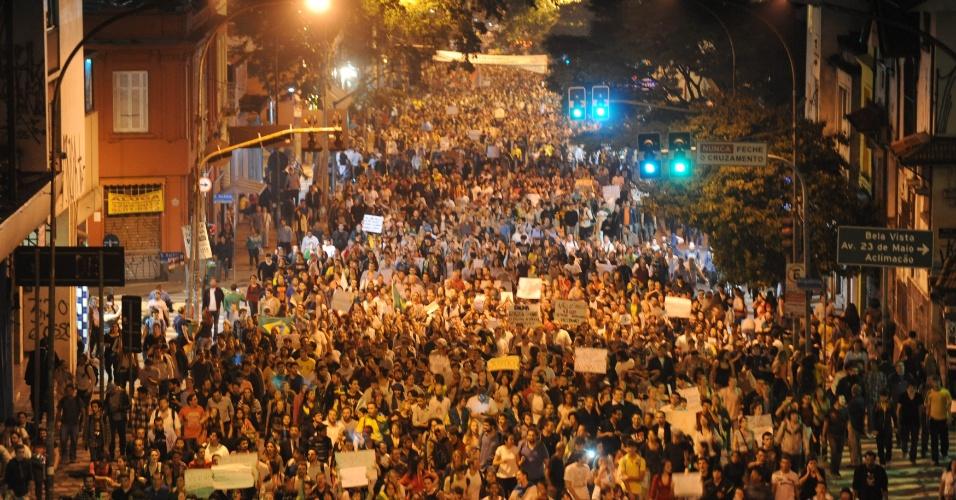 18.jun.2013 - Manifestantes caminham na avenida Brigadeiro Luís Antonio em direção à avenida Paulista, nesta terça-feira (18), em São Paulo. A manifestação foi o sexto ato contra o aumento da tarifa de ônibus na cidade, começou na praça da Sé e contou com saques de lojas na região próxima à sede da Prefeitura de São Paulo, que sofreu tentativa de invasão