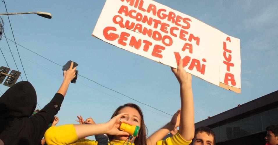 19.jun.2013 - Manifestantes realizam protesto contra o aumento da tarifa de passagem de ônibus, na Estrada do M'Boi Mirim, zona sul de São Paulo, na manhã desta quarta- feira (19)