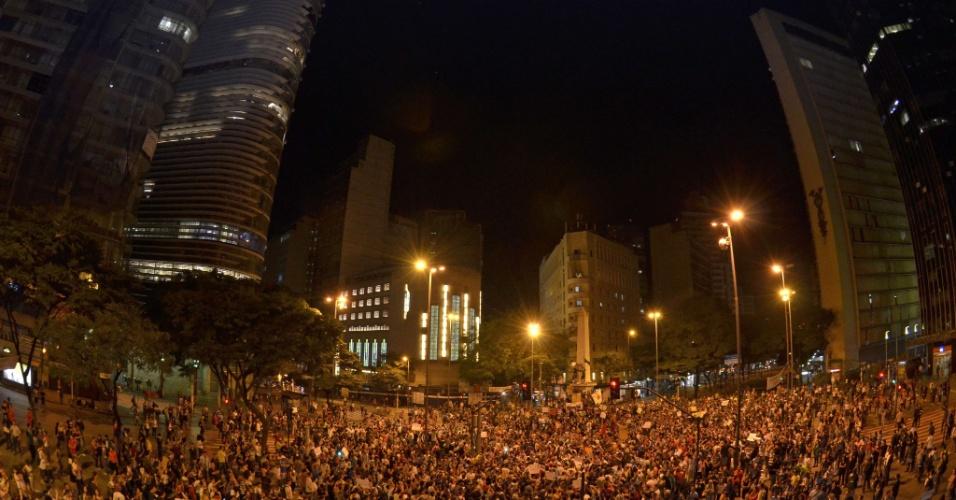 18.jun.2013 - Pessoas se reúnem na praça Sete de Setembro, no centro de Belo Horizonte, na noite de terça-feira (18). O segundo dia seguido de protestos na cidade terminou com vandalismo e ação da tropa de choque da Polícia Militar, que chegou por volta das 0h30 ao centro para conter um grupo de manifestantes que quebrou vidraças de lojas e bancos