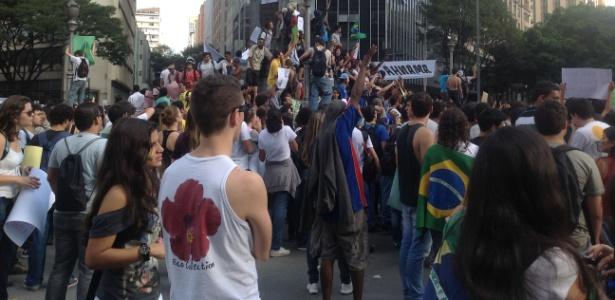Manifestantes reúnem-se pelo 3º dia na praça Sete, em Belo Horizonte, em protesto contra o preço da tarifa - Eduardo Cherem/UOL