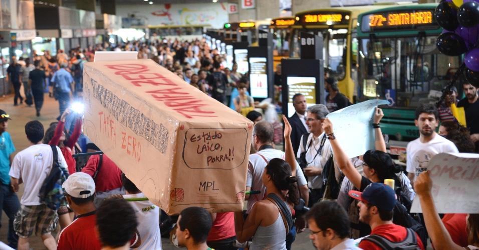 19.jun.2013 - Cerca de 600 pessoas, segundo a Polícia Militar, marcham por uma das principais ruas de Brasília pedindo tarifa zero para o transporte coletivo. Eles seguem munidos com cartazes